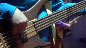 Το άτομο παίζει τη βαθιά κιθάρα φιλμ μικρού μήκους