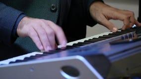 Το άτομο παίζει τη χορδή πιάνων απόθεμα βίντεο