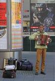 Το άτομο παίζει το ακκορντέον υπαίθριο στο Μπρνο, τσεχικά Στοκ εικόνες με δικαίωμα ελεύθερης χρήσης