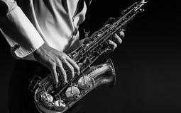 το άτομο παίζει το saxophone Στοκ φωτογραφία με δικαίωμα ελεύθερης χρήσης