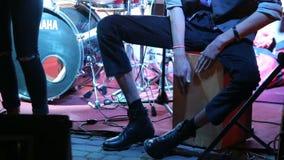 Το άτομο παίζει τύμπανο το ξύλινο κιβώτιο ως percussia στη συναυλία απόθεμα βίντεο