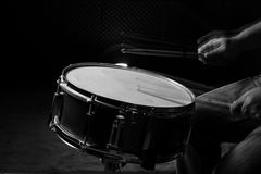 Το άτομο παίζει snare το τύμπανο Στοκ Εικόνες