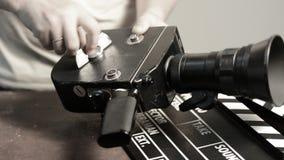 Το άτομο παίρνει έναν μηχανισμό άνοιξη σε μια αναδρομική κάμερα κινηματογράφων φιλμ μικρού μήκους