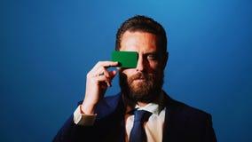 Το άτομο παίρνει έξω τη επαγγελματική κάρτα από την τσέπη του επιχειρησιακού κοστουμιού απόθεμα βίντεο