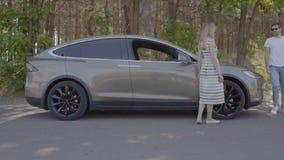 Το άτομο παίρνει από το αυτοκίνητο και το χαιρετισμό με τη φίλη του φιλμ μικρού μήκους