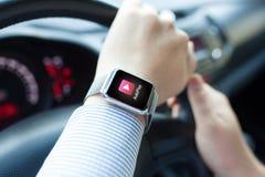 Το άτομο παραδίδει το αυτοκίνητο με app ρολογιών το αυτόματο παιχνίδι Στοκ φωτογραφία με δικαίωμα ελεύθερης χρήσης