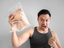 Το άτομο παρουσιάζει διατροφή στηθών κοτόπουλου για την υγιή ζωή στοκ εικόνα
