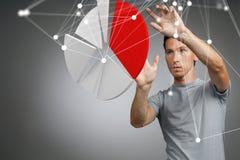 Το άτομο παρουσιάζει διάγραμμα πιτών, διάγραμμα κύκλων Έννοια επιχειρησιακού analytics Στοκ φωτογραφία με δικαίωμα ελεύθερης χρήσης