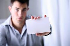 Το άτομο παρουσιάζει μια επαγγελματική κάρτα Στοκ φωτογραφία με δικαίωμα ελεύθερης χρήσης