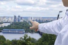 Το άτομο παρουσιάζει την κατεύθυνση για τη ανάπτυξη επιχείρησης Στοκ Εικόνες
