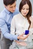 Το άτομο παρουσιάζει το δαχτυλίδι αρραβώνων στο κορίτσι του στοκ φωτογραφίες