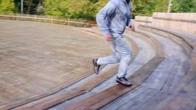Το άτομο περιορίζει και έπειτα επάνω ένα σύνολο σκαλοπατιών στο πάρκο Άτομο που τα σκαλοπάτια στο πάρκο απόθεμα βίντεο