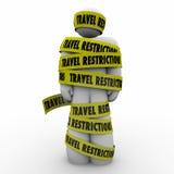 Το άτομο περιορισμών ταξιδιού τύλιξε την κίτρινη προειδοποίηση κινδύνου ταινιών Στοκ φωτογραφία με δικαίωμα ελεύθερης χρήσης