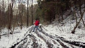 Το άτομο περνά από τη λάσπη και τις λακκούβες πραγματοποιώντας οδοιπορικό απόθεμα βίντεο
