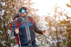 Το άτομο πηγαίνει ένα αθλητικό πεζοπορώ στις διακοπές χιονιού ενάντια ανασκόπησης μπλε σύννεφων πεδίων άσπρο σε wispy ουρανού φύσ Στοκ Εικόνες