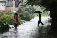 Το άτομο πηγαίνει κάτω από μια ομπρέλα στη βροχή στοκ εικόνες