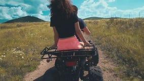 Το άτομο πηγαίνει με τη φίλη του σε ένα ATV στον τομέα απόθεμα βίντεο