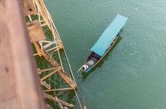 Το άτομο πιάνει τη γέφυρα Στοκ εικόνες με δικαίωμα ελεύθερης χρήσης