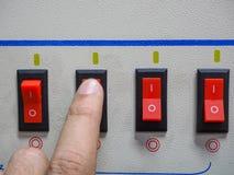 Το άτομο πιέζει το κουμπί της μηχανής Στοκ Εικόνα