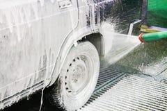 Το άτομο πλένει τη μηχανή αφρού Carwash Πλυντήριο στο σταθμό Στοκ φωτογραφίες με δικαίωμα ελεύθερης χρήσης