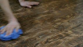 Το άτομο πλένει το ύφασμα πατωμάτων Το αρσενικό χέρι σκουπίζει τη λακκούβα του γάλακτος στο φύλλο πλαστικού, η οικοκυρική ατόμων  φιλμ μικρού μήκους