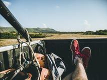 Το άτομο που βρίσκεται στο πίσω μέρος του φορτηγού στοκ εικόνες με δικαίωμα ελεύθερης χρήσης