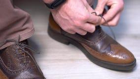 Το άτομο που δεσμεύει ένα παπούτσι, Bridegirl δεσμεύει τα παπούτσια του σε γραπτό ένας μελλοντικός σύζυγος σφίγγει επάνω για έναν απόθεμα βίντεο
