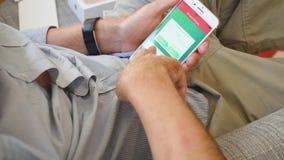 Το άτομο που δοκιμάζει το πιό πρόσφατο iPhone 8 συν app Pokemon πηγαίνει παιχνίδι απόθεμα βίντεο