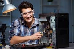 Το άτομο που επισκευάζει τον υπολογιστή γραφείου υπολογιστών με τις πένσες στοκ φωτογραφίες με δικαίωμα ελεύθερης χρήσης