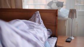 Το άτομο που κοιμάται μέσω της εργασίας απόθεμα βίντεο