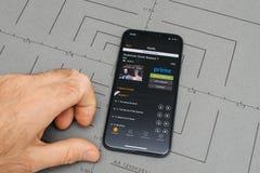 Το άτομο που κρατά το νέο iphone Apple Χ 10 με την Αμαζώνα πρωταρχική, Αμερικανός πηγαίνει Στοκ Φωτογραφίες