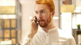 Το άτομο που μιλά στο τηλέφωνο έρχεται μέχρι τη κάμερα και το χαμόγελο απόθεμα βίντεο