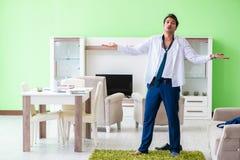 Το άτομο που ντύνει επάνω και αργά για την εργασία στοκ εικόνα με δικαίωμα ελεύθερης χρήσης