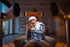 Το άτομο που πάσχει από το κρύο στο σπίτι Στοκ φωτογραφία με δικαίωμα ελεύθερης χρήσης