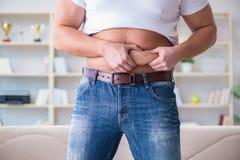 Το άτομο που πάσχει από το πρόσθετο βάρος στην έννοια διατροφής Στοκ φωτογραφία με δικαίωμα ελεύθερης χρήσης