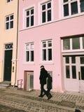 Το άτομο που περπατά μετά από τον τοίχο Στοκ φωτογραφία με δικαίωμα ελεύθερης χρήσης
