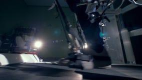Το άτομο που περπατά σε μια ορθοπεδική μηχανή, κλείνει επάνω απόθεμα βίντεο