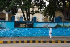 Το άτομο που περπατά στο streetl στο Mysore της Ινδίας Στοκ Φωτογραφίες