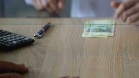 Το άτομο που πληρώνει τα ρούβλια για τα ευρο- μετρητά στην τράπεζα, ανταλλαγή νομίσματος, δίνει την κινηματογράφηση σε πρώτο πλάν φιλμ μικρού μήκους