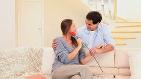 Το άτομο που προσφέρει ένα κόκκινο ανήλθε στο fiancee του απόθεμα βίντεο
