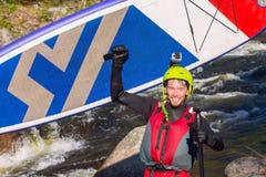 Το άτομο που στα ορμητικά σημεία ποταμού του ποταμού βουνών Στοκ εικόνες με δικαίωμα ελεύθερης χρήσης