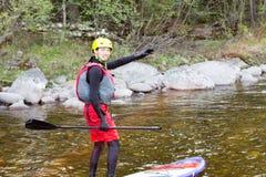 Το άτομο που στα ορμητικά σημεία ποταμού του ποταμού βουνών Στοκ Φωτογραφίες