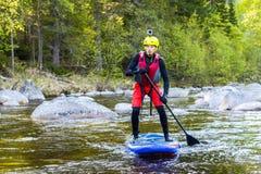 Το άτομο που στα ορμητικά σημεία ποταμού του ποταμού βουνών Στοκ Εικόνες