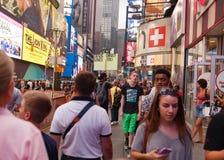 Το άτομο που φέρνει ένα σημάδι μετανοεί τον Ιησού Loves You στη Times Square Στοκ Εικόνες