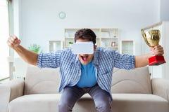 Το άτομο που φορά τα γυαλιά εικονικής πραγματικότητας vr που λαμβάνουν το βραβείο φλυτζανιών βραβείων Στοκ Εικόνες