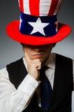 Το άτομο που φορά το καπέλο με τα αμερικανικά σύμβολα Στοκ φωτογραφίες με δικαίωμα ελεύθερης χρήσης