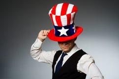 Το άτομο που φορά το καπέλο με τα αμερικανικά σύμβολα Στοκ Φωτογραφία
