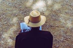 Το άτομο που φορούν το καπέλο στοκ εικόνα
