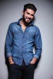 Το άτομο που χαμογελά με δικούς του παραδίδει την τσέπη Στοκ εικόνα με δικαίωμα ελεύθερης χρήσης