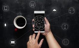 Το άτομο που χρησιμοποιεί την ψηφιακή συσκευή κάνει τις πληρωμές τις σε απευθείας σύνδεση αγορές Στοκ Φωτογραφία